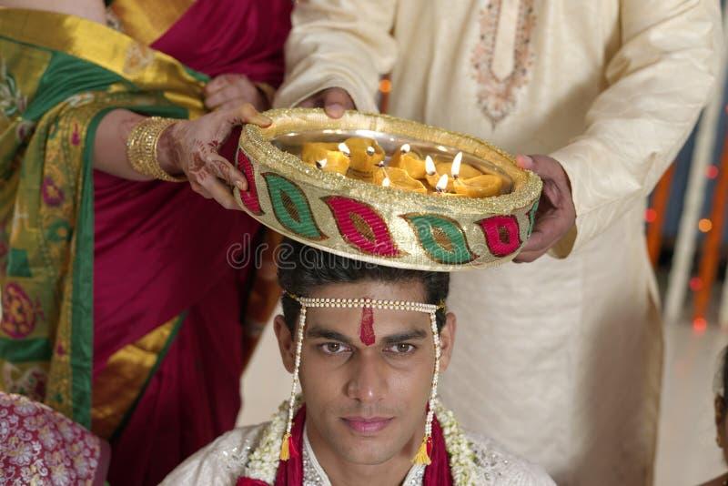Ritual simbólico hindú indio en la boda. fotos de archivo libres de regalías