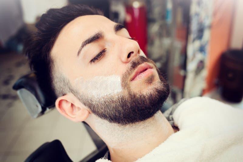 Ritual tradicional de afeitar la barba foto de archivo