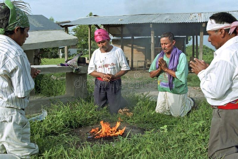 Rituale religioso dei sacerdoti dell'indiano di Ixil del guatemalteco immagini stock
