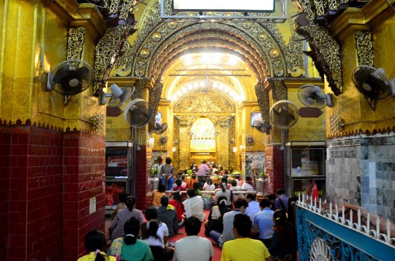 Ritualen börjar munkwash framsidan och borstar tänderna av Buddhabilden arkivbild