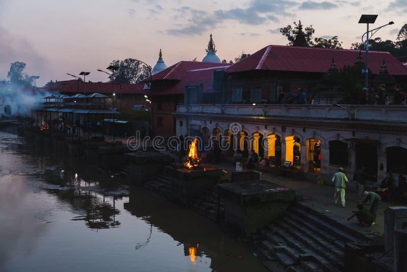 Rituales hindúes de la cremación en Pashupatinath, Katmandu imagen de archivo libre de regalías