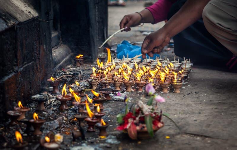 Ritueel dichtbij Hindoese tempel in Nepal royalty-vrije stock afbeelding