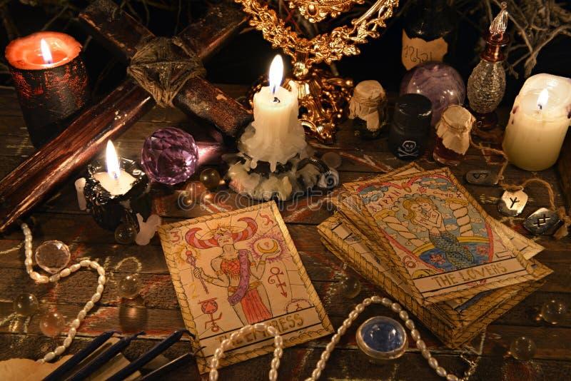Rituel mystique avec des cartes de tarot, des objets magiques et des bougies image libre de droits