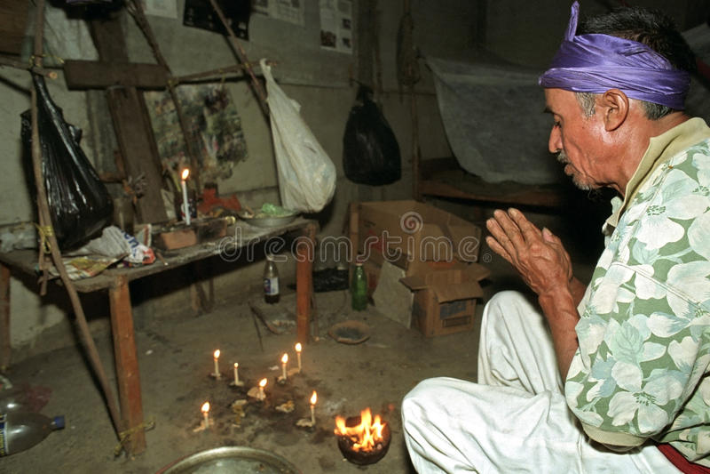 Rituel religieux de prêtre d'Indien d'Ixil de Guatémaltèque photographie stock libre de droits