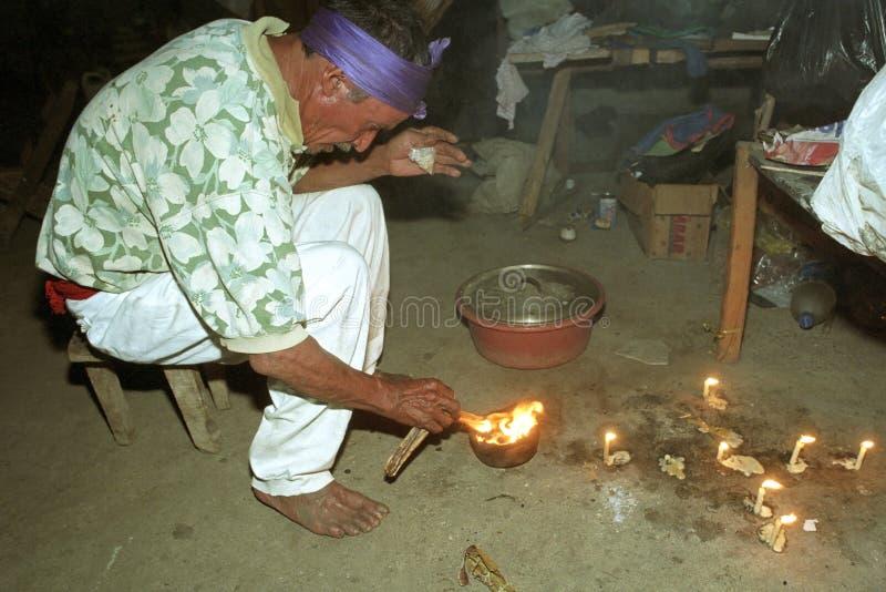 Rituel religieux de prêtre d'Indien d'Ixil de Guatémaltèque photographie stock