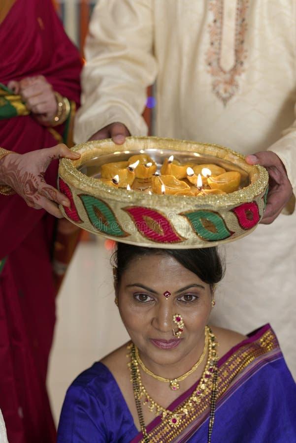 Rituel symbolique indou indien dans le mariage. photos stock