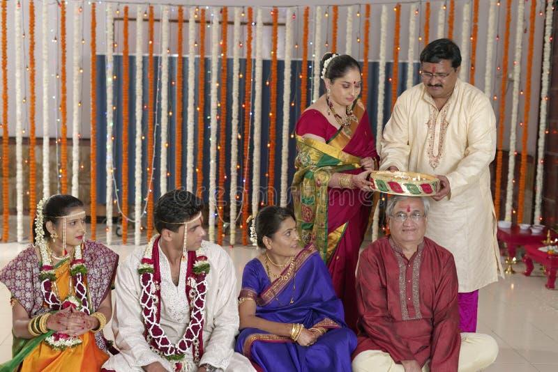 Rituel symbolique indou indien dans le mariage. photographie stock libre de droits