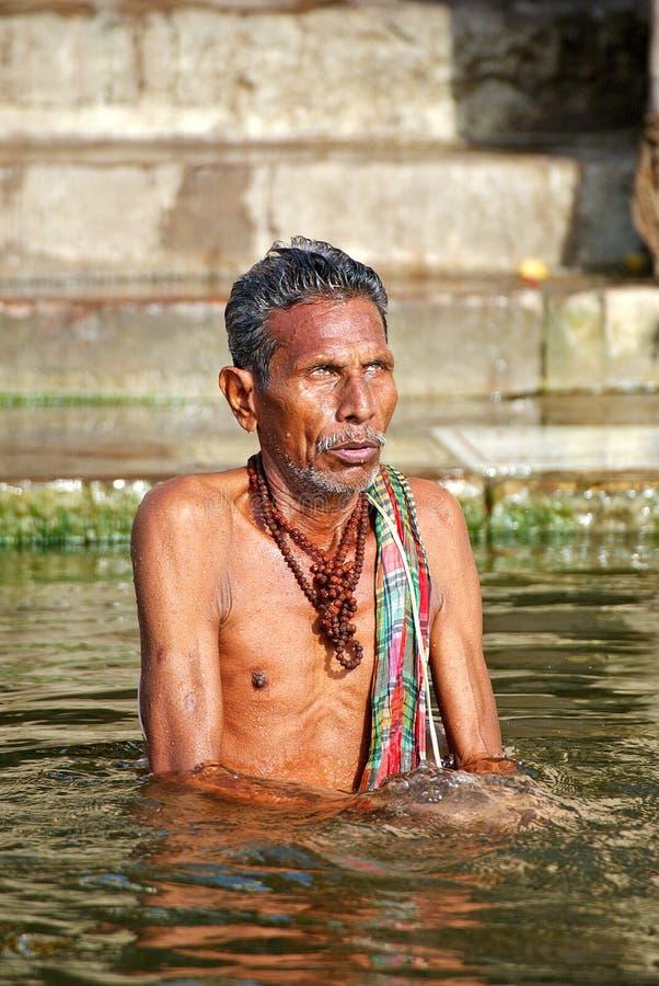 Rituele reiniging in Varanasi stock afbeeldingen