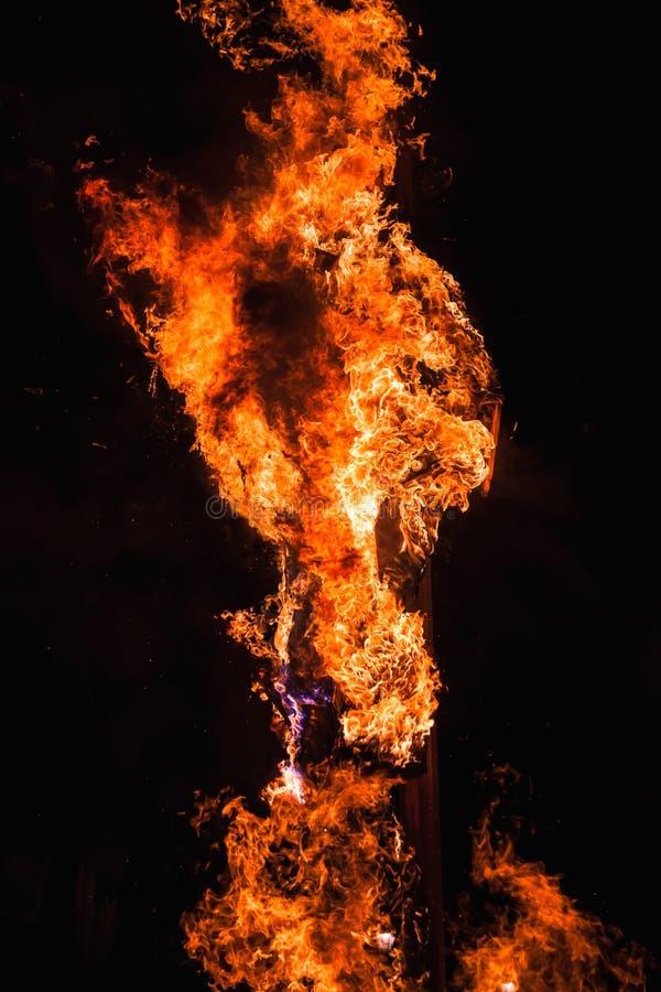 Rituell bränning av dockan i Fermo, Italien royaltyfri bild