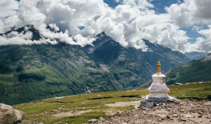 Rituell buddistisk stupa på passerande för Rohtang Laberg i indiern Hima royaltyfria bilder