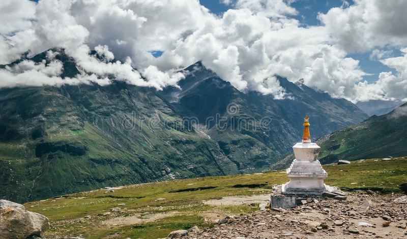 Rituelles buddhistisches stupa auf Rohtang-Lagebirgspass auf Inder Hima lizenzfreie stockbilder