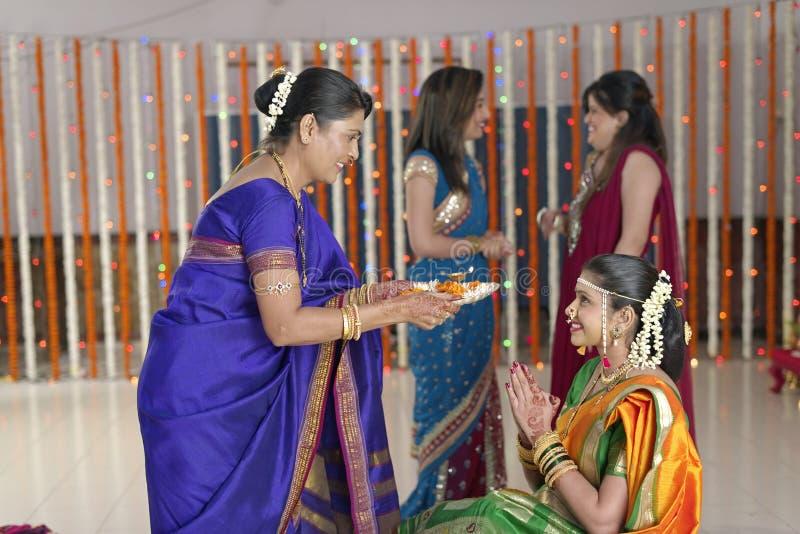 Rituels dans le respect et les bénédictions indous indiens d'apparence de mariage. photographie stock libre de droits