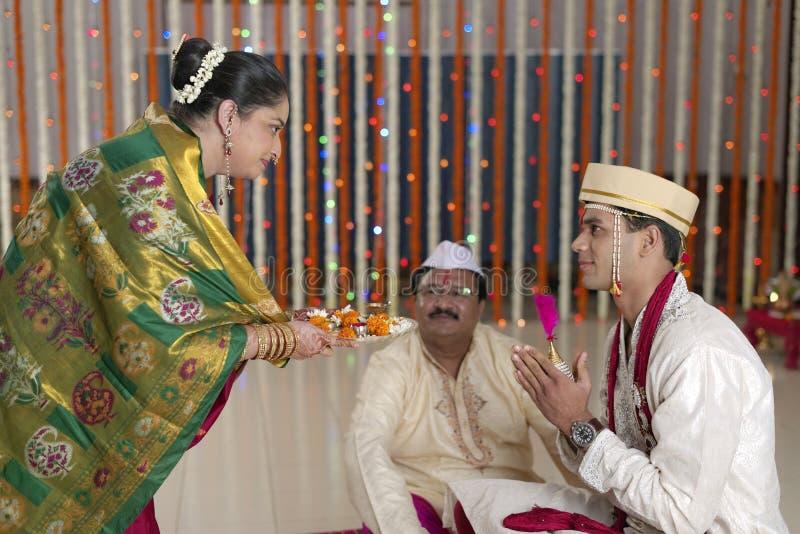 Rituels dans le respect et les bénédictions indous indiens d'apparence de mariage. photo stock