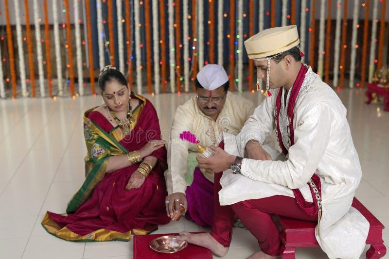 Rituels dans le respect et les bénédictions indous indiens d'apparence de mariage. image stock