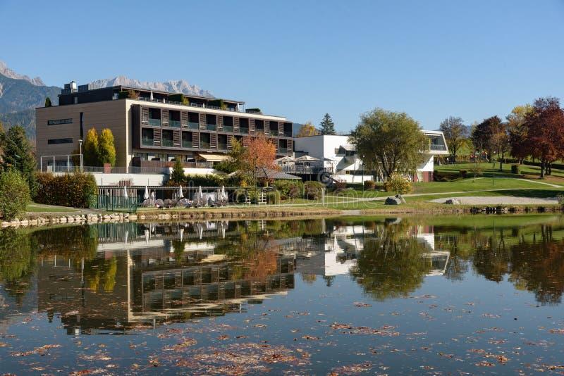 Ritzensee, Saalfelden, Salzburg/Österreich, 26. Oktober 2019: Blick auf das Naturbad Ritzensee mit den Berggipfeln der Steinernes stockbilder