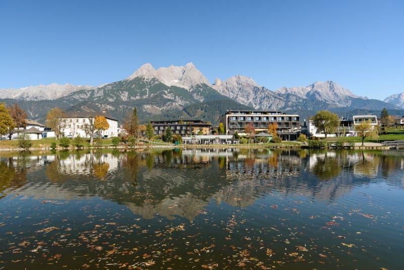 Ritzensee, Saalfelden, Salzburg/Österreich, 26. Oktober 2019: Blick auf das Naturbad Ritzensee mit den Berggipfeln der Steinernes stockfoto