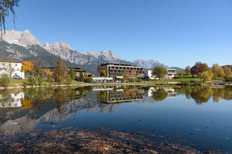 Ritzensee, Saalfelden, Salzburg/Österreich, 26. Oktober 2019: Blick auf das Naturbad Ritzensee mit den Berggipfeln der Steinernes lizenzfreie stockfotografie