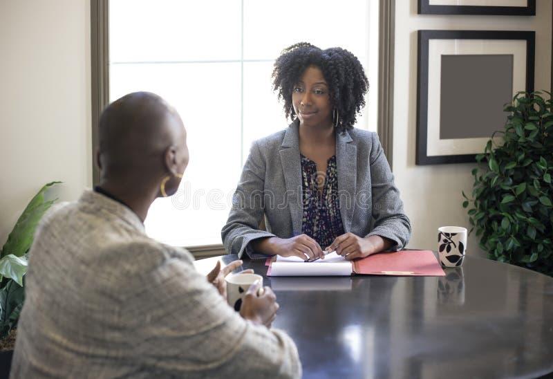 Riunione americana delle donne di affari dell'africano nero fotografie stock libere da diritti