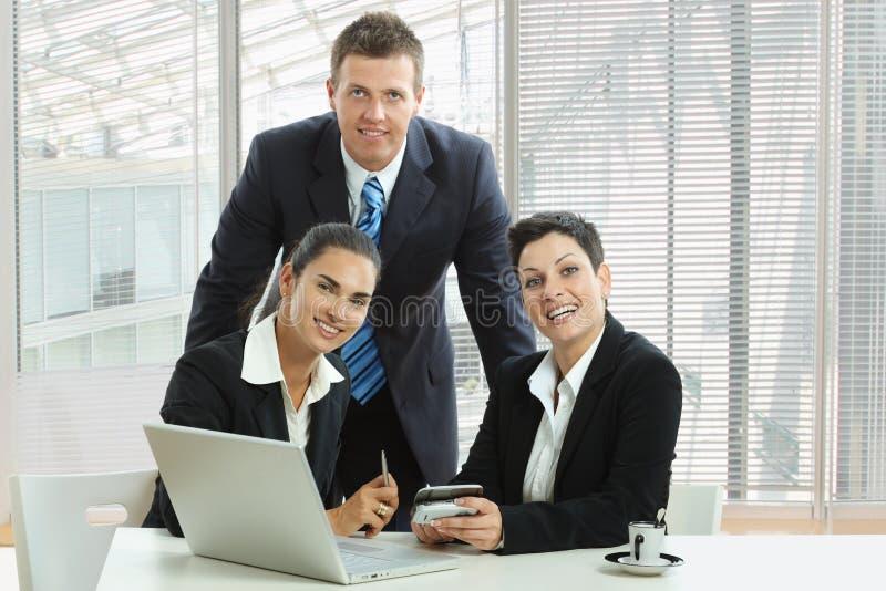 Riunione d'affari all'ufficio immagine stock
