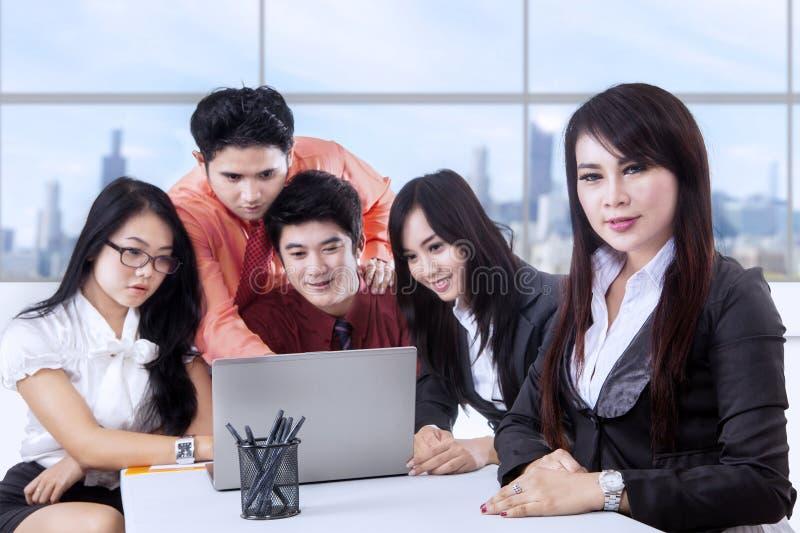 Direttore aziendale e gruppo all'ufficio fotografie stock