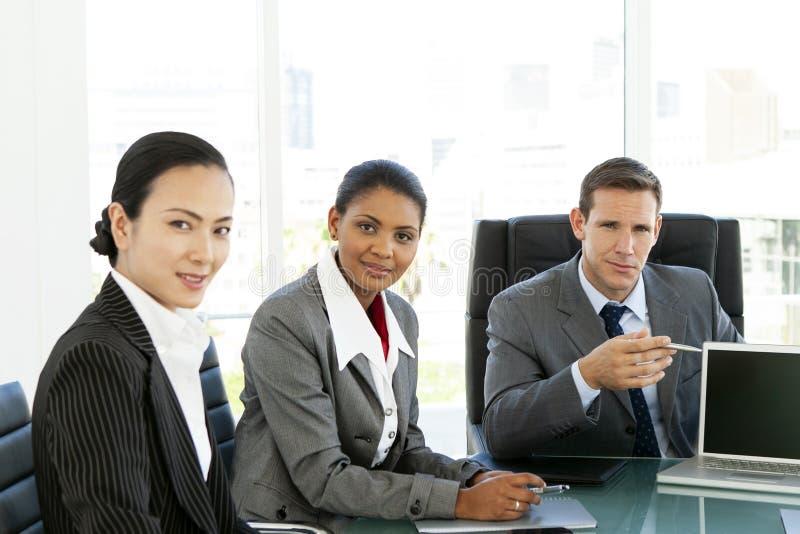 Riunione d'affari corporativa - ritratto multietnico del gruppo - negoziati globali immagine stock libera da diritti