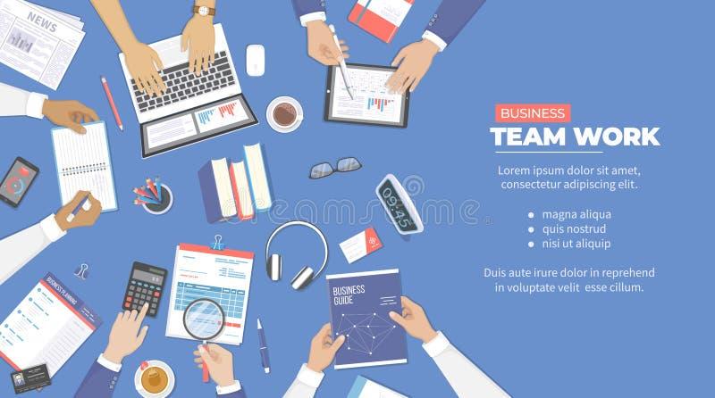 Riunione d'affari e 'brainstorming' Concetto del lavoro di gruppo dell'ufficio con le mani della gente Analisi, pianificazione, c illustrazione vettoriale