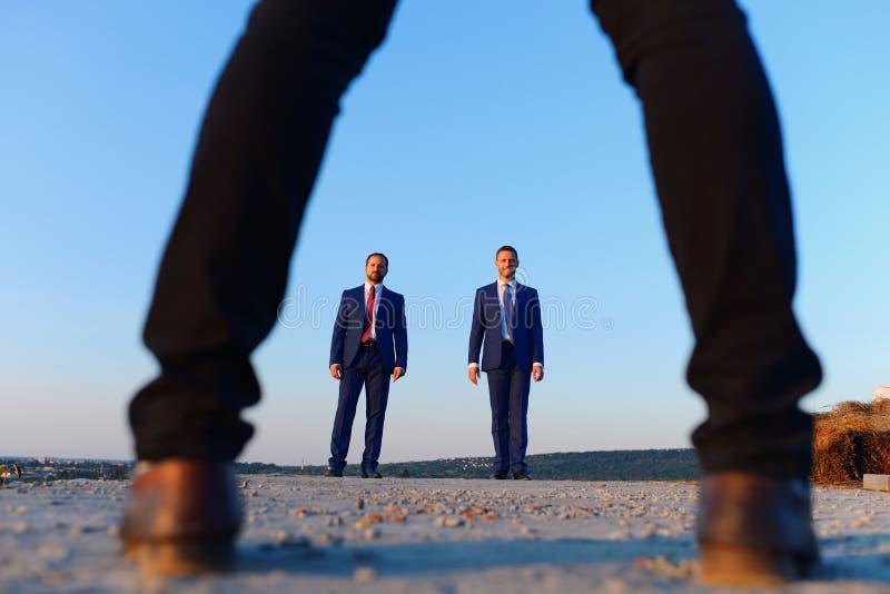 Riunione d'affari e nuovo concetto di associazione Uomini d'affari in vestiti convenzionali fotografie stock