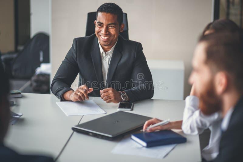 Riunione d'affari interna informale principale dell'imprenditore e del leader della squadra fotografie stock libere da diritti