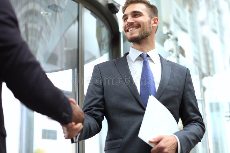 Riunione d'affari Uomo d'affari afroamericano che stringe le mani con l'uomo d'affari caucasico immagine stock libera da diritti