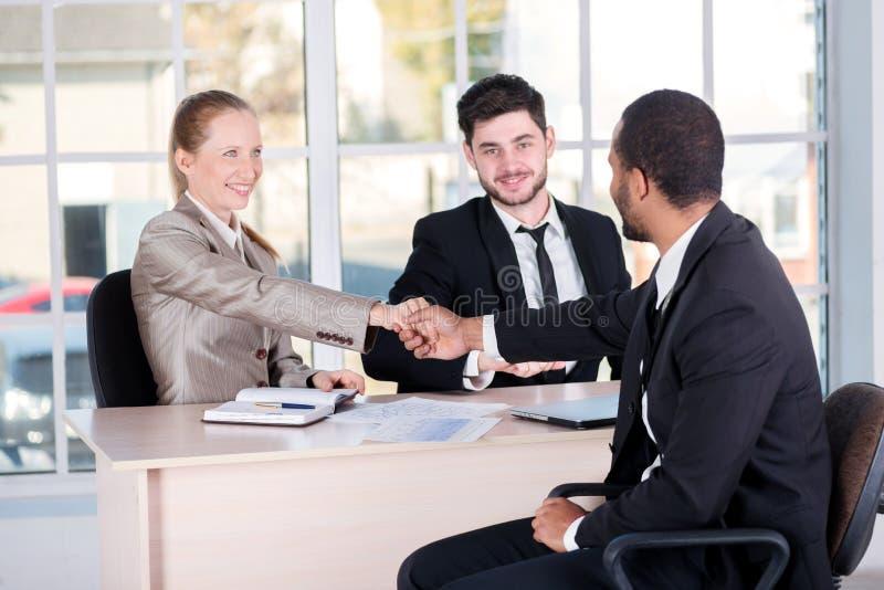 Riunione dei capi Tre riuscite genti di affari che si siedono nella t immagine stock