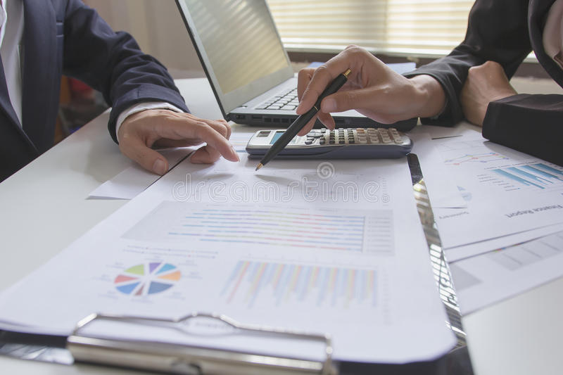 Riunione del gruppo di affari che consulta il progetto investitore professionale che lavora il progetto immagini stock libere da diritti