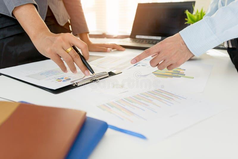 Riunione del gruppo di affari che consulta il progetto investitore professionale che lavora il progetto fotografie stock