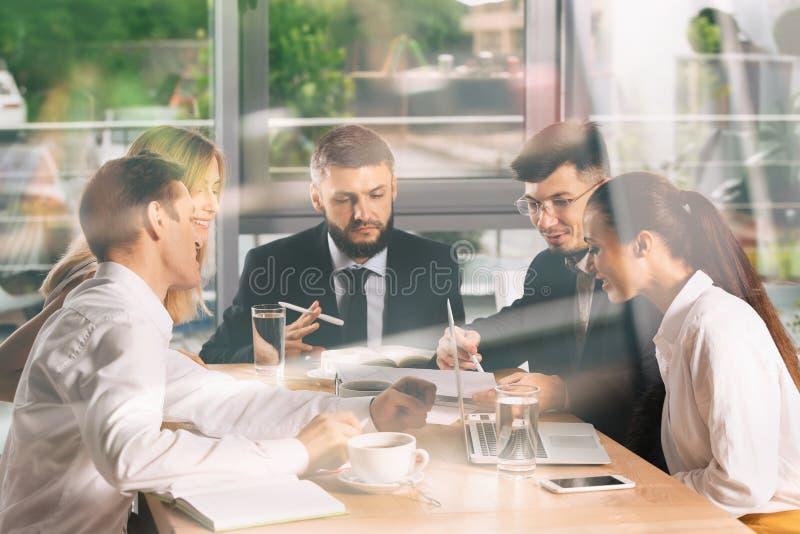 Riunione del gruppo di affari che lavora nell'ufficio immagine stock
