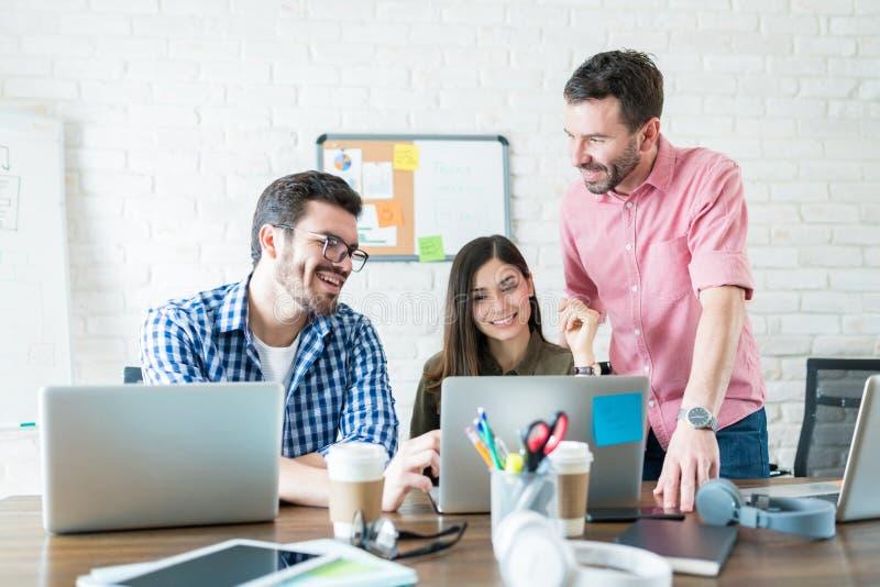 Riunione dell'ufficio di Team Of Business People In immagine stock
