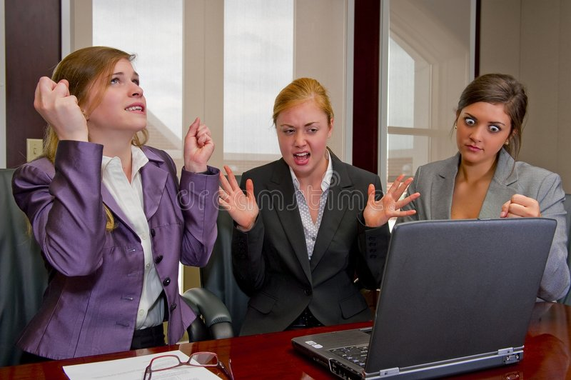 Riunione della donna che mostra frustrazione con il calcolatore fotografia stock libera da diritti