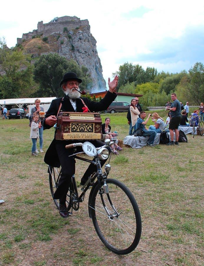 Riunione delle biciclette storiche - uomo più anziano con uno strumento di musica immagini stock libere da diritti