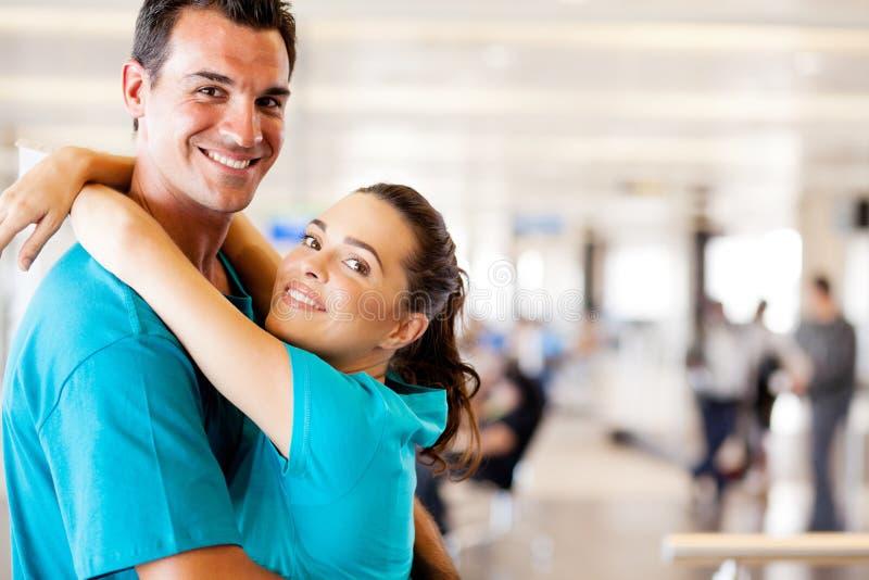 Riunione delle coppie all'aeroporto fotografia stock libera da diritti