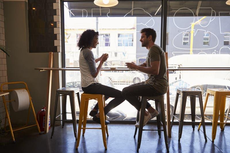 Riunione delle coppie per la data in caffetteria fotografie stock libere da diritti