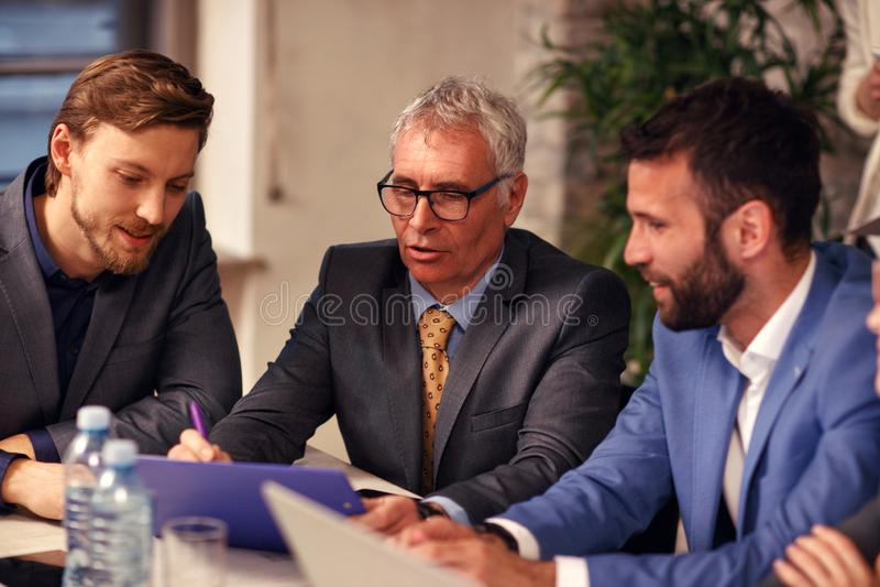 Riunione di 'brainstorming' di lavoro di squadra di affari dei professionisti immagini stock