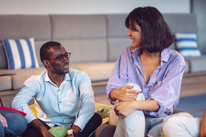 Riunione di Coworking Gruppo Startup che discute insieme nuovo progetto immagini stock