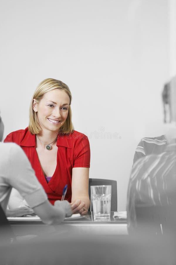 Riunione di In Red At della donna di affari fotografie stock