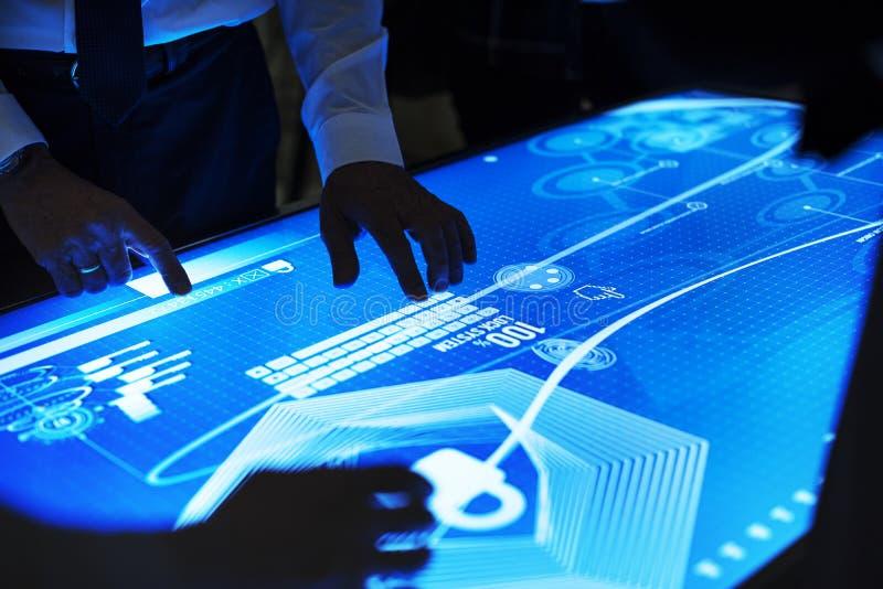Riunione di tecnologia alla tavola cyber dello spazio fotografia stock libera da diritti