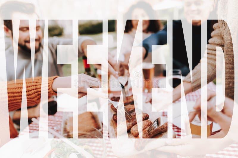 Riunione di vacanza del barbecue di fine settimana dei giovani immagini stock