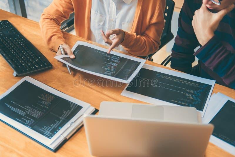 Riunione e brai di cooperazione professionali del programmatore di sviluppo immagini stock libere da diritti