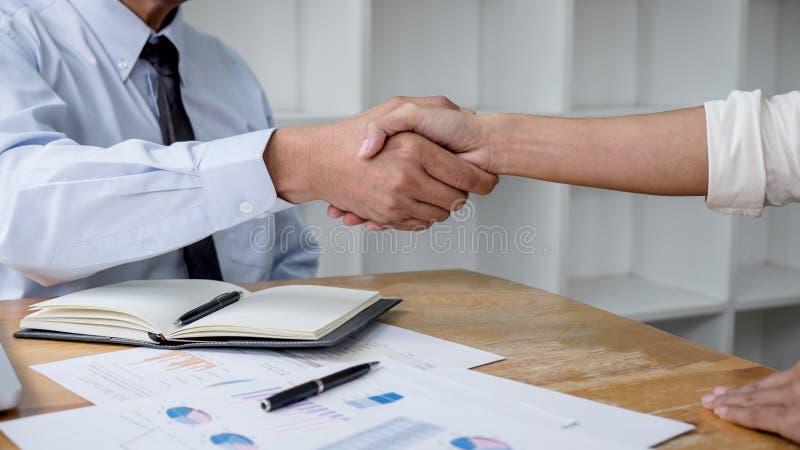 Riunione e stretta di mano di affari di concetto, di collaborazione due e gente di affari di saluto dopo la discussione dell'affa fotografia stock