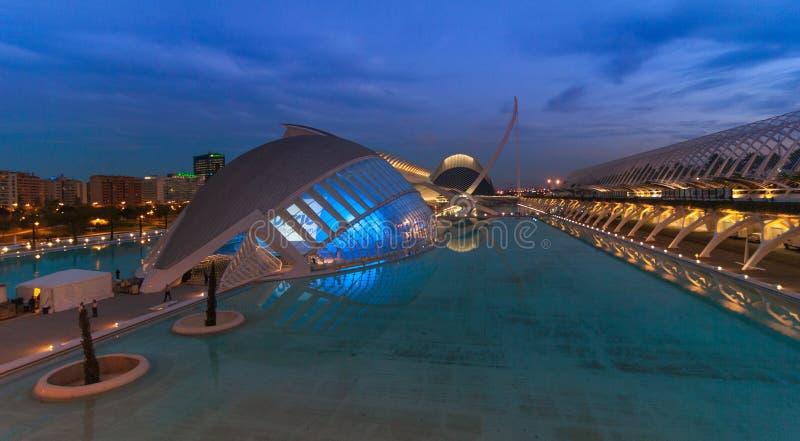 Riunione imminente di sera alla L ` emisferico a Valencia, città delle arti e delle scienze fotografia stock