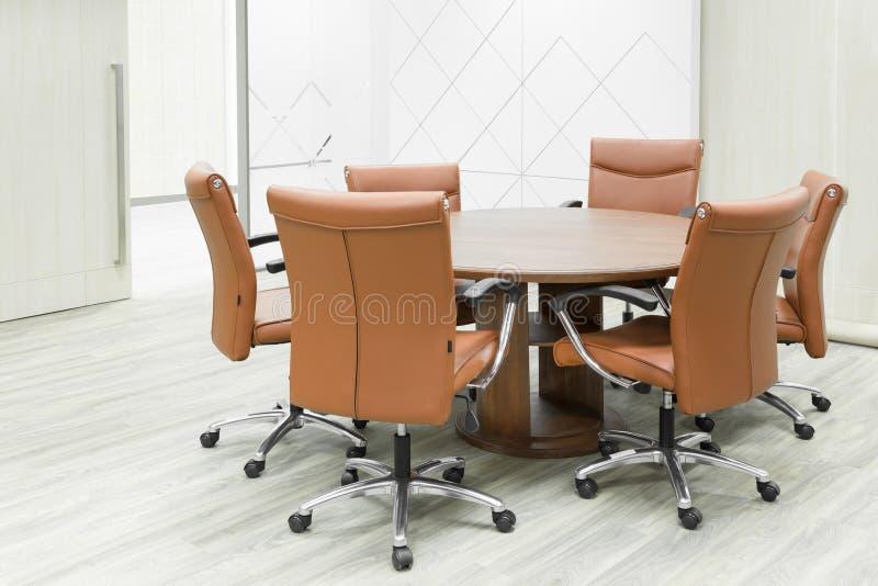 Riunione tavola di legno e delle sedie marroni nella sala for Tavola e sedie