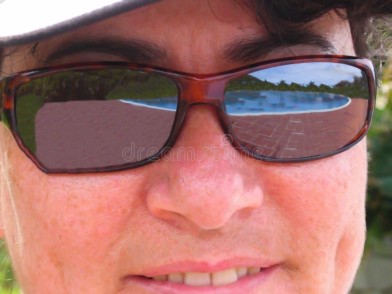 Riunisca la riflessione in occhiali da sole di una signora - foto di riserva immagine stock