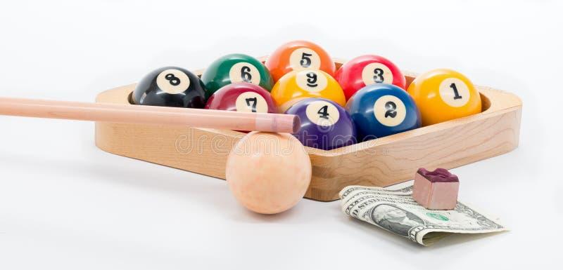 Riunisca uno scaffale del gioco della palla 9 con soldi e gesso fotografia stock