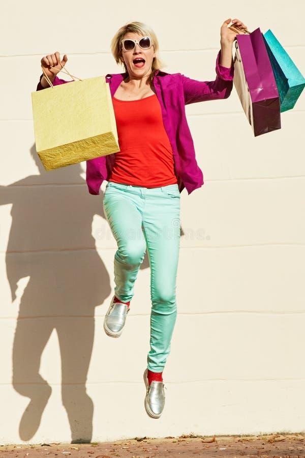 Riuscita donna con le borse fotografie stock